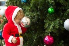 Αγόρι Santa με το διακοσμημένο δέντρο Στοκ εικόνα με δικαίωμα ελεύθερης χρήσης