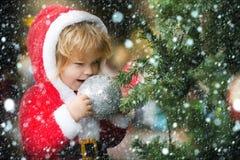 Αγόρι Santa με το διακοσμημένο δέντρο Στοκ Φωτογραφίες