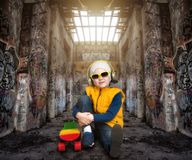 Αγόρι skateboarder Ακραίος αθλητισμός, παιδιά μόδας Γκράφιτι στους τοίχους στοκ φωτογραφία με δικαίωμα ελεύθερης χρήσης