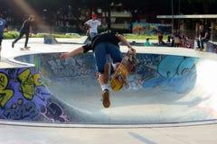 Αγόρι Skateboarder που κάνει σκέιτ μπορντ την εναέρια κίνηση στοκ εικόνες