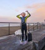 Αγόρι Surfer που πλημμυρίζει στην παραλία Στοκ φωτογραφία με δικαίωμα ελεύθερης χρήσης