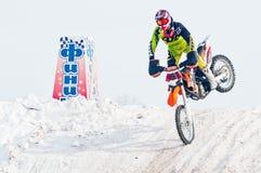 Αγώνας μηχανών Χειμερινό μοτοκρός Στοκ φωτογραφία με δικαίωμα ελεύθερης χρήσης