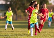 Αγώνας ποδοσφαίρου παικτών μικρών παιδιών στο γήπεδο ποδοσφαίρου στοκ εικόνες