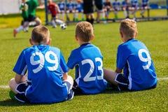 Αγώνας ποδοσφαίρου προσοχής ομάδας ποδοσφαίρου παιδιών Αθλητική ομάδα παιδιών στα μπλε πουκάμισα Στοκ Εικόνα