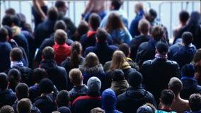 Αγώνας ποδοσφαίρου προσοχής πλήθους και ενισχυτική ομάδα, πιωμένοι αρσενικοί ανεμιστήρες στο βήμα απόθεμα βίντεο