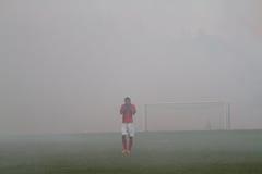 Αγώνας ποδοσφαίρου που σταματούν λόγω του καπνού από τα πυροτεχνήματα Στοκ εικόνες με δικαίωμα ελεύθερης χρήσης