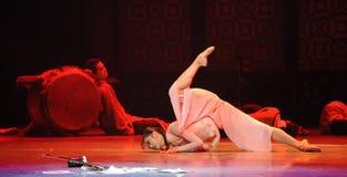 Αγώνας σε έναν σωρό των νεκρών η σώμα-τρίτη πράξη των γεγονότων δράμα-Shawan χορού του παρελθόντος Στοκ εικόνες με δικαίωμα ελεύθερης χρήσης