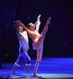 Αγώνας στον λάκτισμα-κίτρινο χορό χορωδία-ομάδας ποταμών Στοκ εικόνες με δικαίωμα ελεύθερης χρήσης
