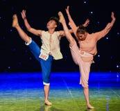 Αγώνας στον λάκτισμα-κίτρινο χορό χορωδία-ομάδας ποταμών Στοκ Εικόνες
