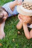 Αδελφές, δύο μικρά κορίτσια στη χλόη, καλοκαίρι, διακοπές στοκ εικόνες με δικαίωμα ελεύθερης χρήσης