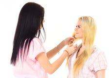 Αδελφές, καλύτεροι φίλοι στις πυτζάμες που κάνουν την πλεξούδα, hairdo μεταξύ τους Ξανθός, brunette στα πρόσωπα χαμόγελου στα ενδ Στοκ εικόνες με δικαίωμα ελεύθερης χρήσης