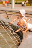 αδελφές παιχνιδιού πηγών Στοκ φωτογραφία με δικαίωμα ελεύθερης χρήσης