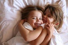 Αδελφές που μοιράζονται τις στιγμές της αγάπης Στοκ φωτογραφία με δικαίωμα ελεύθερης χρήσης