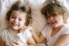 Αδελφές που μοιράζονται τις στιγμές της αγάπης Στοκ Φωτογραφία