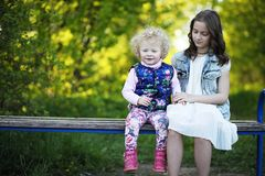 Αδελφές στο πάρκο την άνοιξη Στοκ εικόνα με δικαίωμα ελεύθερης χρήσης