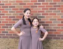 Αδελφές Amerasian που θέτουν μετά από το ντουέτο τζαζ τους, ανταγωνισμός χορού στοκ εικόνες με δικαίωμα ελεύθερης χρήσης