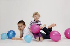 αδελφή πορτρέτου αδελφών μπαλονιών Στοκ Εικόνες