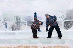 Αδελφοί στο υπόβαθρο του τοίχου πάγου στοκ εικόνες με δικαίωμα ελεύθερης χρήσης