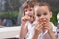 αδελφός μήλων που τρώει τ&eta Στοκ εικόνα με δικαίωμα ελεύθερης χρήσης