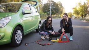 Αδύνατη κατάσταση Δύο κορίτσια στο obochiny δρόμο, κοντά στο σπασμένο αυτοκίνητο που προσπαθεί να καλέσει την τεχνική υπηρεσία φιλμ μικρού μήκους