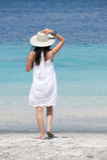 αεράκι που απολαμβάνει τη φθορά θάλασσας καπέλων κοριτσιών Στοκ Εικόνα