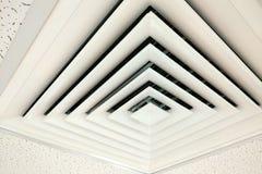 Αεραγωγός στην τετραγωνική μορφή, αγωγός για τη βελτίωση της θέρμανσης σε ένα ανώτατο όριο οικοδόμησης στοκ φωτογραφίες