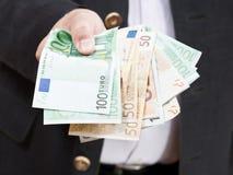 Αερισμένα ευρο- τραπεζογραμμάτια στα αρσενικά χέρια Στοκ Φωτογραφία