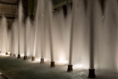 Αεριωθούμενα αεροπλάνα από μια πηγή νερού στη Σιγκαπούρη τη νύχτα Στοκ φωτογραφίες με δικαίωμα ελεύθερης χρήσης