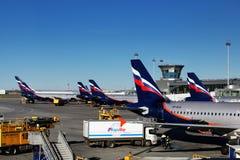 Αεριωθούμενα αεροπλάνα που χρησιμοποιούνται με τις ρωσικές αερογραμμές Αεροφλότ στο τελικό Δ του αερολιμένα Sheremetyevo Στοκ Φωτογραφία