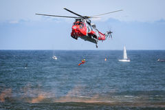 Αεριωθούμενα αεροπλάνα και ελικόπτερα αεροπλάνων που πετούν κατά τη διάρκεια του airshow Στοκ φωτογραφίες με δικαίωμα ελεύθερης χρήσης