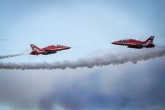 Αεριωθούμενα αεροπλάνα και ελικόπτερα αεροπλάνων που πετούν κατά τη διάρκεια του airshow Στοκ Εικόνα