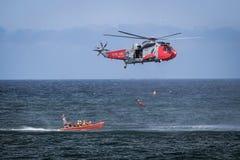 Αεριωθούμενα αεροπλάνα και ελικόπτερα αεροπλάνων που πετούν κατά τη διάρκεια του airshow Στοκ εικόνες με δικαίωμα ελεύθερης χρήσης