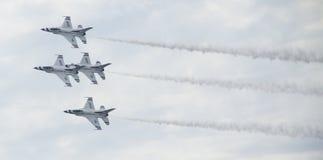 Αεριωθούμενα αεροπλάνα Πολεμικής Αεροπορίας στο σχηματισμό Στοκ Φωτογραφία