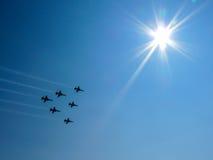 Αεριωθούμενα αεροπλάνα στο μπλε ουρανό Στοκ Εικόνα
