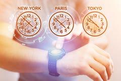 Αεριωθούμενη έννοια καθυστερήσεων με το διαφορετικό χρόνο ώρας πέρα από ένα smartwatch Στοκ εικόνες με δικαίωμα ελεύθερης χρήσης