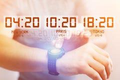 Αεριωθούμενη έννοια καθυστερήσεων με το διαφορετικό χρόνο ώρας πέρα από ένα smartwatch Στοκ Εικόνα