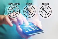 Αεριωθούμενη έννοια καθυστερήσεων με το διαφορετικό χρόνο ώρας πέρα από ένα smartphone Στοκ εικόνες με δικαίωμα ελεύθερης χρήσης