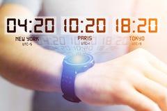 Αεριωθούμενη έννοια καθυστερήσεων με το διαφορετικό χρόνο ώρας πέρα από ένα smartwatch Στοκ Εικόνες