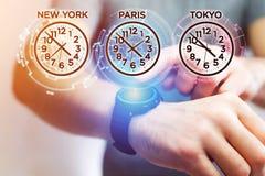 Αεριωθούμενη έννοια καθυστερήσεων με το διαφορετικό χρόνο ώρας πέρα από ένα smartwatch Στοκ Φωτογραφία