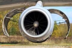 Αεριωθούμενη μηχανή αεροπλάνων με τις ανοιγμένες καλύψεις Στοκ φωτογραφία με δικαίωμα ελεύθερης χρήσης