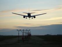 Αεριωθούμενη προσγείωση ηλιοβασιλέματος Στοκ Φωτογραφίες