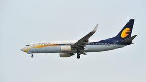 Αεριωθούμενοι εναέριοι διάδρομοι Boeing 737-800 που προσγειώνονται στον αερολιμένα Changi στοκ εικόνα