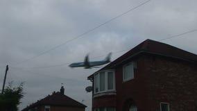 Αεριωθούμενο αεροπλάνο αεροσκαφών που πετά χαμηλά πέρα από το σπίτι απόθεμα βίντεο