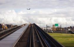 Αεριωθούμενο αεροπλάνο πέρα από τις διαδρομές τραίνων Στοκ φωτογραφία με δικαίωμα ελεύθερης χρήσης