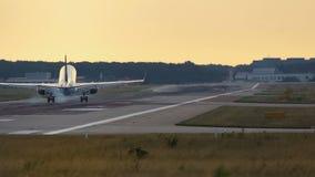 Αεριωθούμενο αεροπλάνο που πλησιάζει το πρωί φιλμ μικρού μήκους