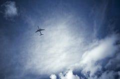 Αεριωθούμενο αεροπλάνο στον όμορφο ουρανό Στοκ εικόνα με δικαίωμα ελεύθερης χρήσης