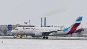 Αεριωθούμενο αεροπλάνο oe-IQC airbus A320-200 της Ευρώπης Eurowings που προσγειώθηκε ακριβώς στο διάδρομο αερολιμένων του Μόναχου φιλμ μικρού μήκους