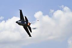 Αεριωθούμενο αεροπλάνο με afterburners στον ουρανό Στοκ Εικόνες
