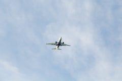 Αεριωθούμενο αεροπλάνο δύο μηχανών από κάτω από Στοκ εικόνα με δικαίωμα ελεύθερης χρήσης