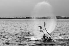 Αεριωθούμενο αεροπλάνο Flyboard και σκι που εκτελεί τις ακροβατικές επιδείξεις Στοκ φωτογραφίες με δικαίωμα ελεύθερης χρήσης